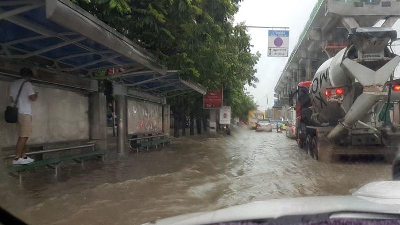 ฝนตกหนักถล่ม ผู้ว่าฯ กทม.ลงพื้นที่สั่งเร่งระบายน้ำ