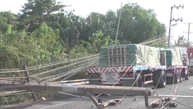 โชเฟอร์รถบรรทุกวูบขับชนเสาไฟฟ้าล้มระเนระนาด